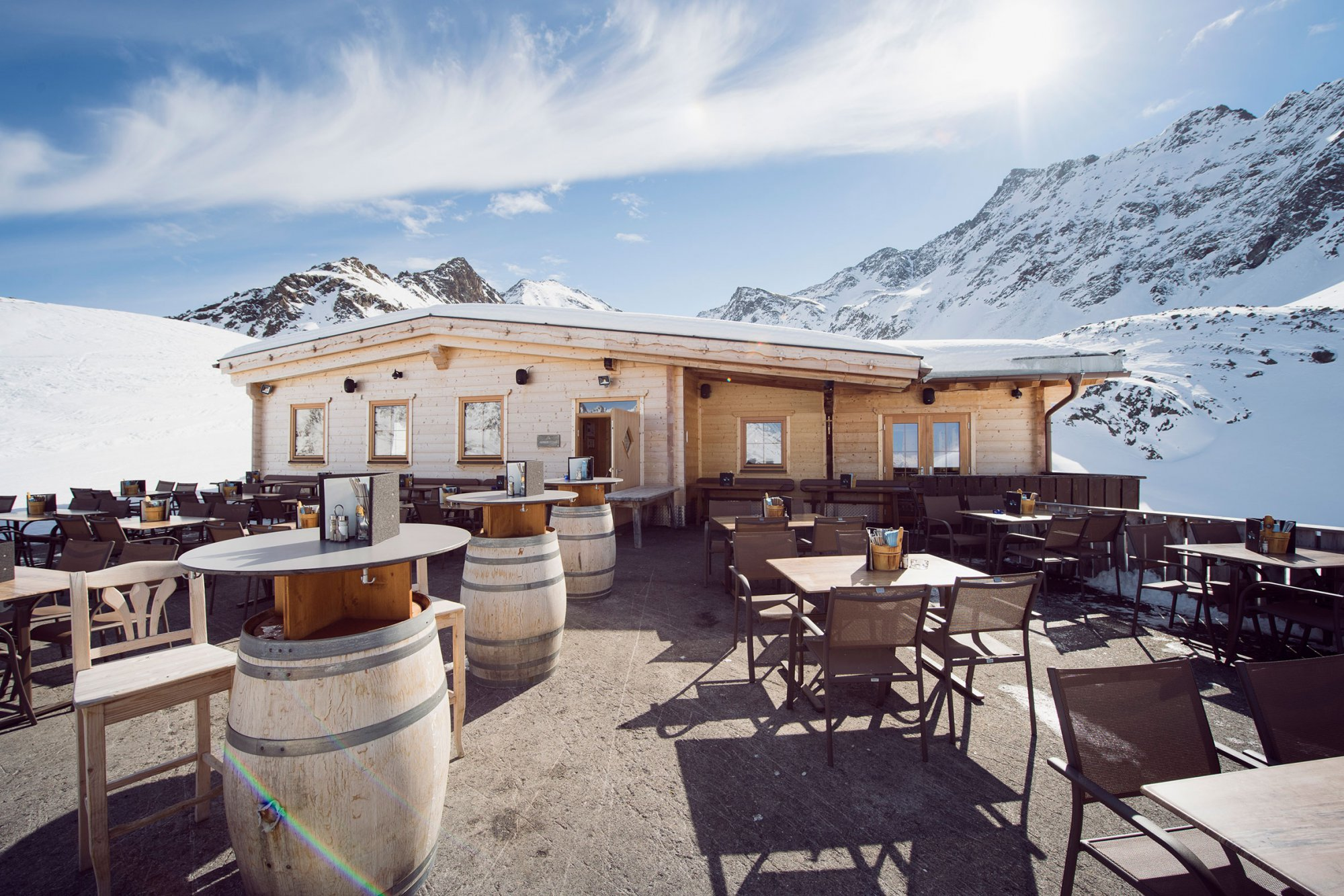 The panoramic terrace at the Drei Seen Hütte is the right place for après ski drinks